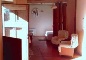 Dormitorio con cama amplia y las mesillas de noche