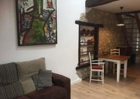 Sala de estar amplia con chimenea y sillones