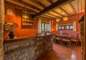 Amplios jardines de la casa con muebles