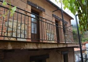 Amplias vistas de la fachada con balcones