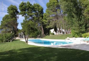 Amplio espacio de piscina delante de la casa