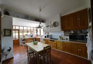 Cocina comedor de la casa con armarios de madera