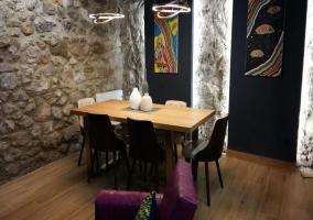 Sala de estar con el comedor al lado y sus murales