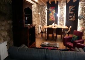 Sala de estar y la mesa de comedor al fondo