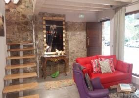 Sala de estar con sillones de colores
