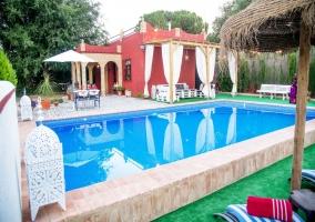 Amplias vistas del porche con la piscina y sus hamacas