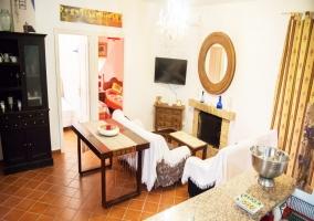 Sala de estar con chiemena y la mesa