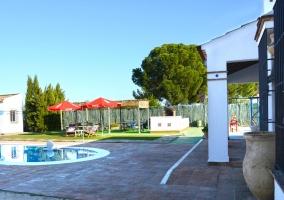 Amplia piscina en las zonas exteriores