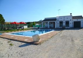 Amplio espacio exterior con la piscina delanete