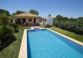 Acceso a la casa con piscina y jardines