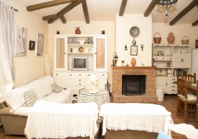 Sala de estar amplia con la chimenea junto al comedor