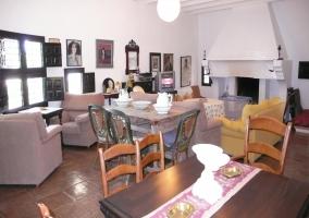 Sala de estar con cuadros y mesa de madera