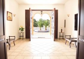 Entrada a la casa con vistas del interior