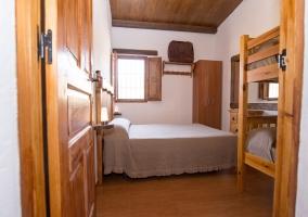 Dormitorio con cama de matrimonio y litera