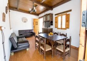 Sala de estar con comedor y tele de plasma
