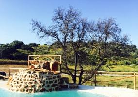 Vistas de las zonas exteriores con la piscina