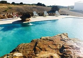 Vistas de los exteriores con piscins