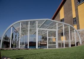 Vistas de los exteriores con piscina cubierta