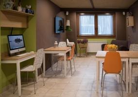 Sala de estar con mesas y ventanas