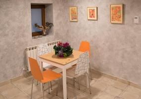 Salas de estar con mesas para desayunar