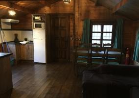 Cocina de la casa con mesa de madera y sillones