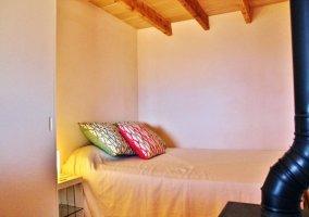 Dormitorio con cama y vigas de madera