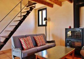 Sala de estar con chimenea de forja a un lado