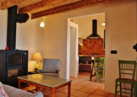 Sala de estar y vistas de la cocina al fondo