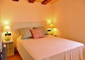 Dormitorio con cama de matrimonio amplia y mesillas