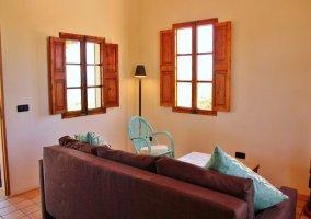 Sala de estar con detalles de las sillas