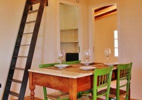 Sala de estar y comedor con la mesa y sus sillas