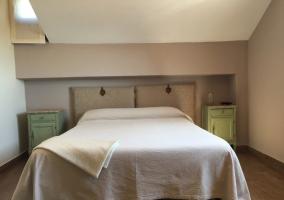 Dormitorio con cama y mesillas