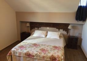 Dormitorio de matrimonio con manta de flores