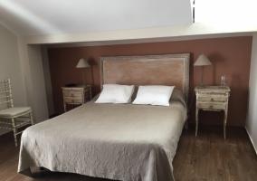 Dormitorio de matrimonio con tonos tierra
