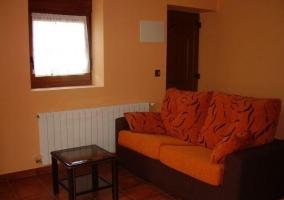 Sala de estar con sillones en marrones y naranjas