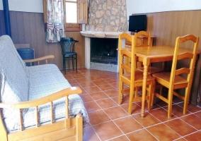 Sala de estar amplia con mesa de madera y sillas