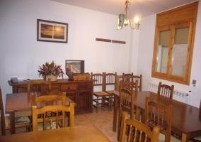 Comedor de la casa con varias mesas de madera
