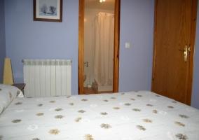 Dormitorio doble y su aseo