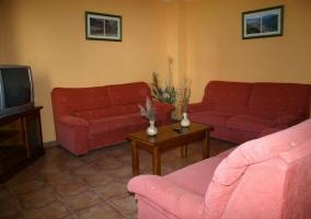 Sala de estar amplia con sillones y tele