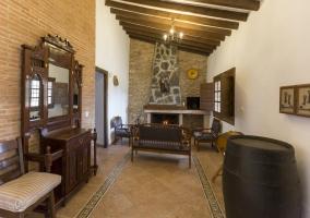 Sala de estar con chimenea y sillones delante