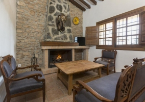 Sala de estar con frontal en piedra