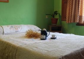 Estudio dormitorio con cama de matrimonio