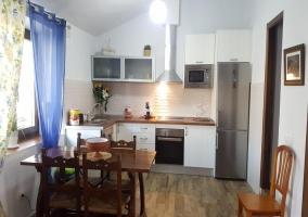Cocina completa de la casa con mesa