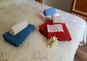 Dormitorio de matrimonio con toallas de colores