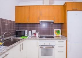 Cocina de la casa con armarios en blanco