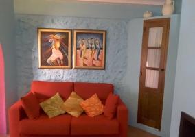 Sala de estar de la casa con sillones rojos
