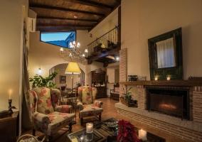 Sala de estar amplia y con chimenea