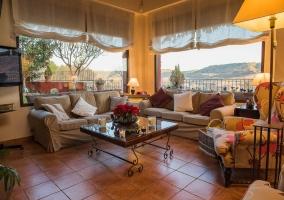 Sala de estar con sillones y mirador
