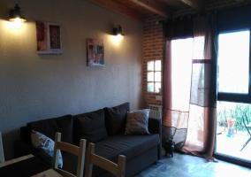 Sala de estar amplia con salida al exterior