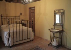 Dormitorio de matrimonio con colcha